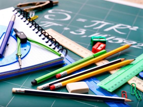 Útiles escolares en una mesa con un cuaderno