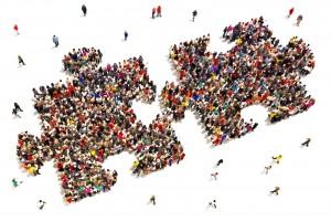 Multitu de personas formado dos piezas de rompecabezas