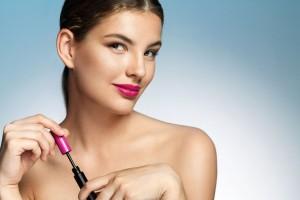 Mujer aplicándose maquillaje