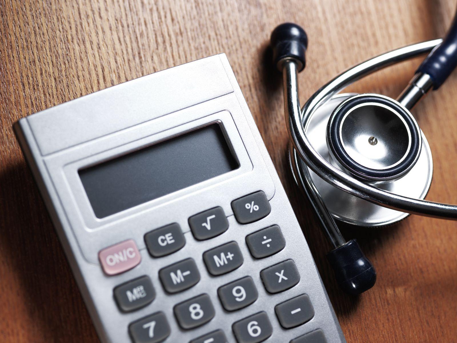 calculadora y estetoscopio