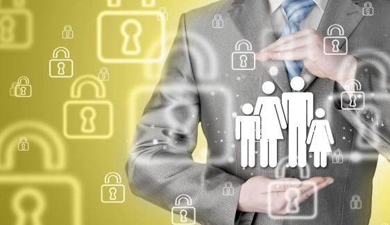 Hombre con traje protegiendo una ilustración de una familia en el fondo amarillo con ilustraciones de candado cerrado