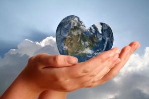 Mujer sostiene un mundo en forma de corazón