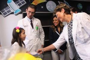 Mercedes Juan conversa con una niña siendo acompañados por un médico