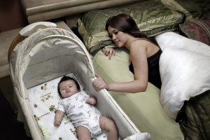 A los bebés se les debe poner a dormir solos, boca arriba, sobre una superficie firme como en un colchón en una cuna que cumpla con las normas de seguridad aprobadas y cubierta por una sábana ajustable. Mantenga los objetos suaves, juguetes, protectores de cuna, cobijas, edredones y ropa de cama suelta fuera del área donde duerme el bebé.  Se recomienda compartir la habitación, es decir, tener el área donde duerme el bebé en la misma habitación donde duermen los padres, para reducir el riesgo del síndrome de muerte súbita del bebé y de otras causas de muerte relacionadas con el sueño. Su bebé no debe dormir solo ni acompañado en una cama de adultos, un sofá o una silla. Es decir, no debe dormir con sus padres, un cuidador, hermanos, niños pequeños ni nadie más.