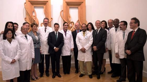 El Presidente Peña Nieto saludó a los médicos del Instituto que se encuentran en Francia con los que intercambió puntos de vista sobre su estancia y experiencia que redundará en beneficios para la salud de los mexicanos.