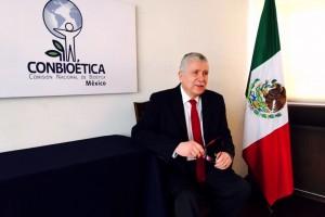 Para salvaguardar el bienestar y los derechos de los pacientes, así como de  sus familiares, se cuenta con 487 comités hospitalarios de bioética y 346 de ética en investigación, en las unidades médicas y centros de investigación del país, afirmó el doctor Manuel H. Ruiz de Chávez, Comisionado Nacional de Bioética de la Secretaría de Salud.