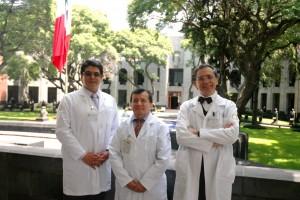 En la Foto:Dr. Heynar de Jesús Pérez Villanueva Jefe del Servicio de Radioterapia del HIM, Dr. Fernando Chico Ponce de León Jefe de Departamento de Neurocirugía del Hospital Infantil de México y el Dr. Luis Felipe Gordillo Dominguez Adscrito al Servicio de Neurocirugía del Hospital Infantil de México.