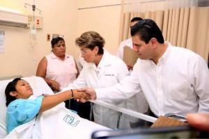 El gobernador de zacatecas Miguel Alonso Reyes y la Secretaria de Salud Federal doctora Mercedes Juan  visitan a  personas que reciben atención en Hospital de Concepción del Oro.