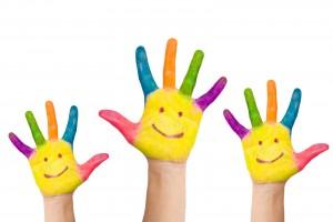 Palmas de manos con rostros sonrientes dibujados