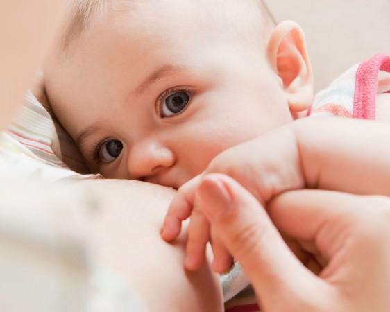 En los niños se previene la obesidad, alergias e infecciones, además de que garantiza una alimentación segura y suficiente para los recién nacidos.
