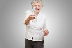 Mujer adulta mayor con botella de agua