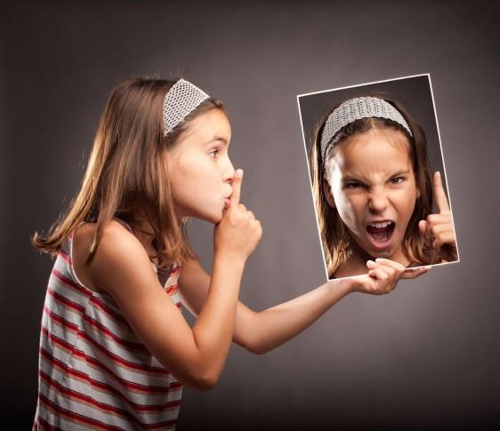 Niña le pide silencio a una fotografía de ella misma gritando