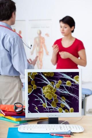 mujer con un médico en consultorio on ilustración de alergía