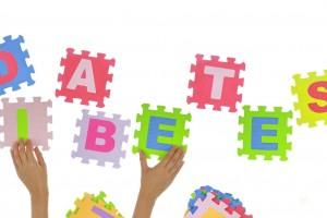 """Manos de un niño con puiezas de un rompecabezas completando la palabra """"diabetes"""""""