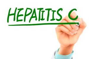Médico escribir palabras de hepatitis C