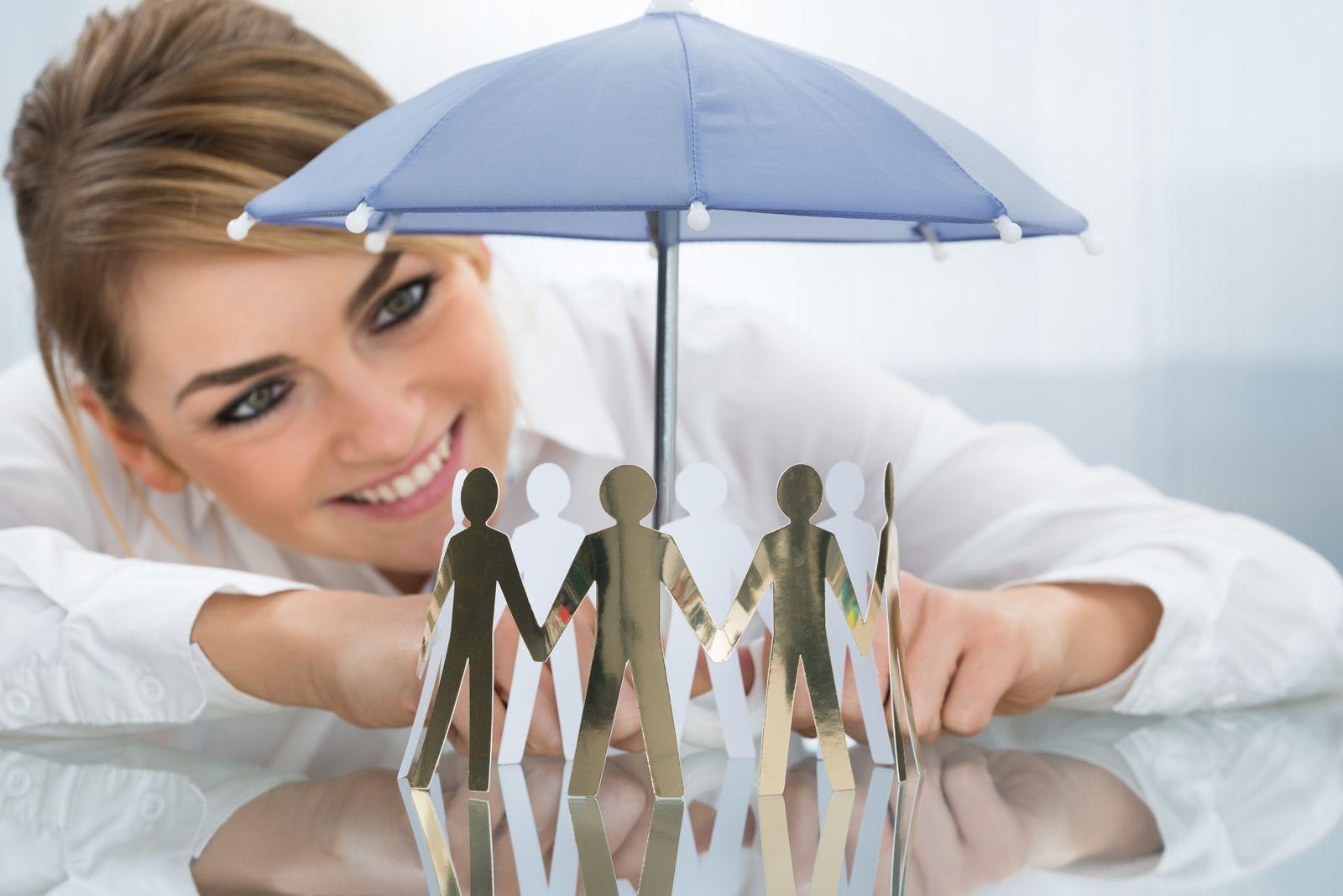 Mujer observando paraguas con iconos de personas