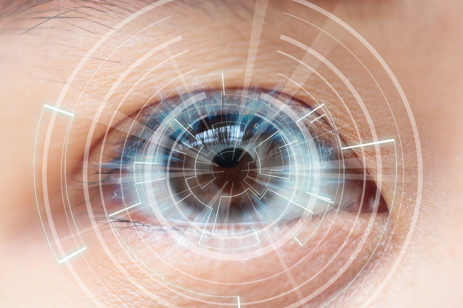 ojo marrón de una mujer con destellos circulares