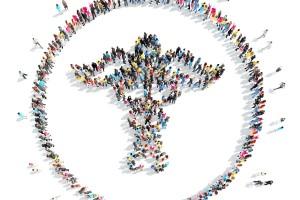 Un grupo de personas vistas desde arriba forman un símbolo de salud (caduceo)