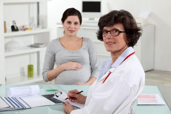 Mujer embarazada en consulta con una médica obstetra