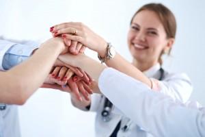 Acercamiento a las manos de Médicas y enfermeras en equipo apilando las manos
