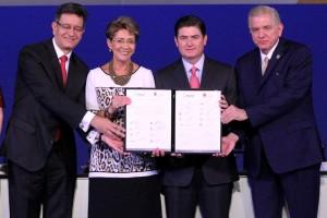 El Gobernador Rodrigo Medina de la Cruz y la Secretara de Salud Mercedes Juan firmaron como testigos de honor