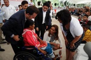 """A nombre de todos los beneficiados, la señora Eréndira López, mamá de José Joel y Christian Jonatán, agradeció las sillas de ruedas que entregaron a sus hijos, quienes durante años compartieron una misma silla. """"Ahora me iré a trabajar más tranquila, sabiendo que mis hijos estará bien, que no tendrán que cambiar de silla para ir a la escuela""""."""