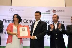 En representación del doctor Manuel Mondragón, la doctora Nora Frías recibió el reconocimiento que el gobernador  Miguel Alonso Reyes entregó al titular de CONADIC, al nombrarlo Huésped de Honor.