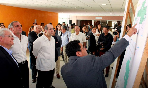 El subsecretario de Integración y Desarrollo de la Secretaría de Salud, Eduardo González Pier,  supervisó las obras del Hospital de Especialidades de la Mujer de San Bartolo Coyotepec, Oaxaca.