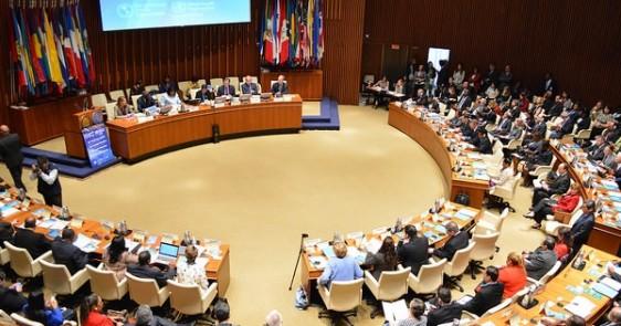 Funcionarios en una sala de juntas en el 53º Consejo Directivo de la OPS,