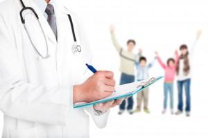 Médico al frente y al fondo una familia