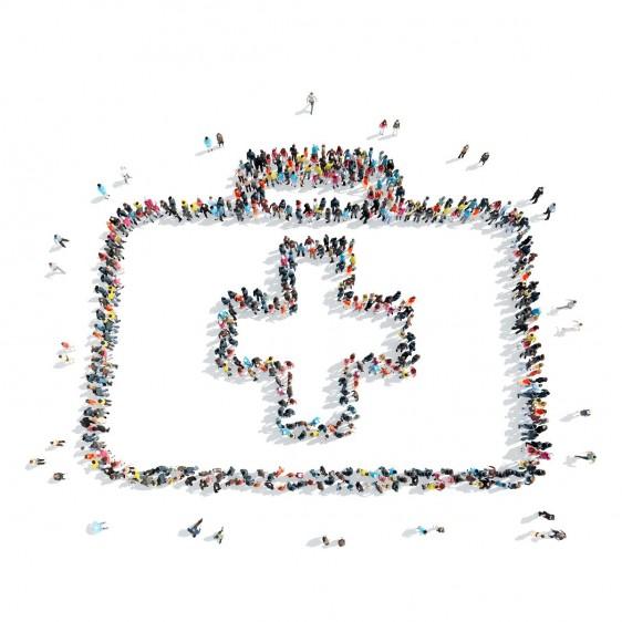 Grupo de personas formando un botiquín con el icono de primeros auxilios.