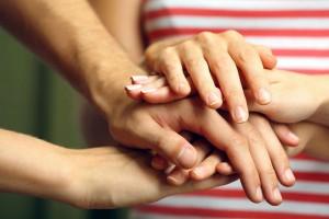 Acercamiento a manos apildadas