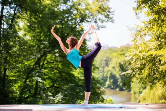 Mujer realizando ejercicios de Yoga