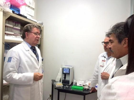 """ASPECTOS de la entrega del equipo para el diagnóstico de la fibrosis quística al Hospital Regional """"Valentín Gómez Farías"""", del ISSSTE, el cual será parte del Servicio de Genética de la institución."""