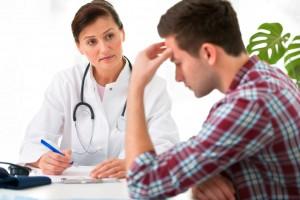 Doctora escuchando a paciente