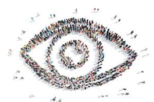 Multitud con forma de ojo