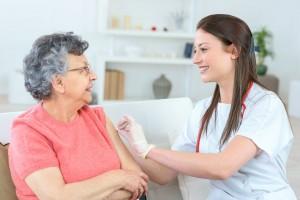 Mujer adulta mayor recibe una inyección