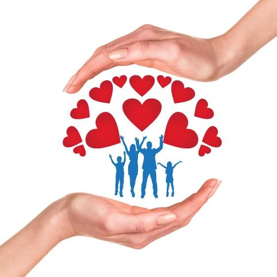 Manos protegiendo ilustración de familia con corazones
