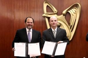 Gilberto Maldonado Gutiérrez y José Antonio González Anaya mostrando un documento