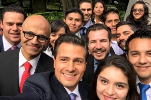 Enrique Peña Nieto en Selfie con becarios y Satya Nadella