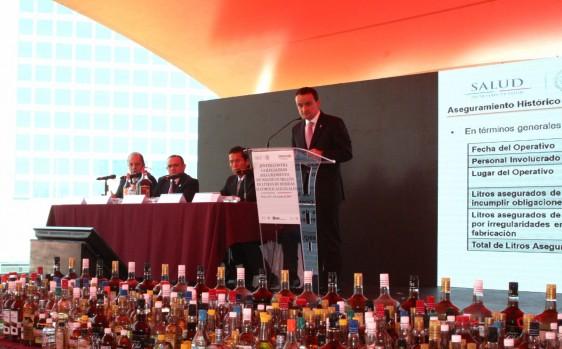 Con este aseguramiento, el volumen total de alcohol ilegal retirado del mercado por la autoridad sanitaria asciende a casi 3.3 millones de litros en la presente administración, un incremento de 800% en relación con 2012