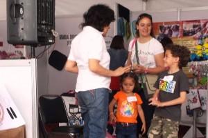 Educadora mostrando a niños un juego con alimentos