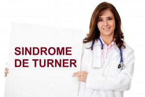 """Doctora sosteniendo un cartel con la palabras """"SNDROME DE TURNER"""""""
