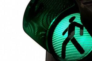 semáforo en verde con icono de peaton