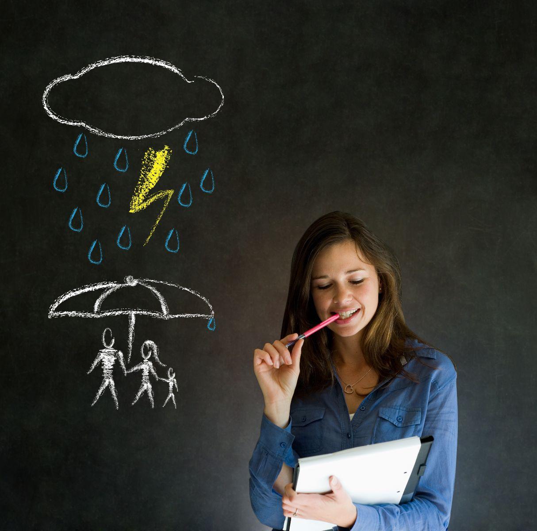 Mujer pensando en el fondo un pizarrón con ilustración de familia prtogedia de lluvia