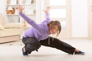 Mujer haciendo ejercicio de qi gong