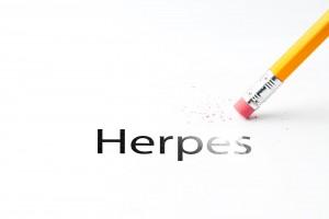 Lápiz borrando la palabra HERPES