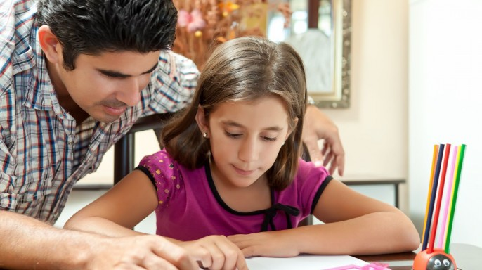 Padre e hija estudiando