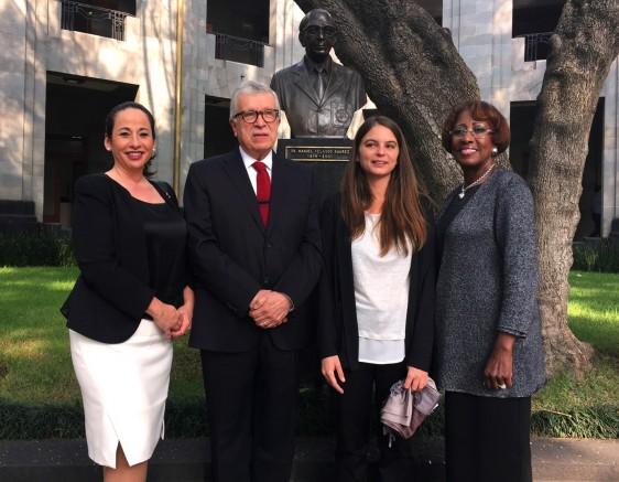 De izquierda a derecha: PAHO Foundation Board Vice Chair Veronica Edwards, Enrique Gil Presidente de CONBIOETICA, la ganadora Róderic Molins Mota y la presidenta y Directora Ejecutiva de PAHO Dr. Jennie Ward-Robinson
