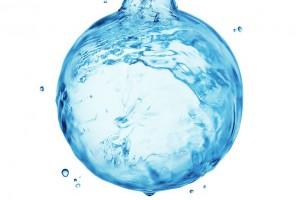 Uno de los elementos más importantes para sentirnos bien y mantenernos saludables: beber agua.
